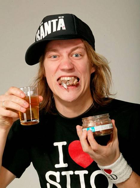 Jukka Hildén söi silliä ja joi kuravettä päälle aprillipäivänä 2004.