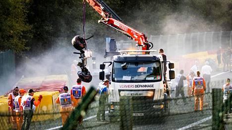 Onnettomuuspaikkaa siivottiin pitkään lauantai-iltana Span radalla.