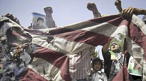 Kansa osoitti mieltään Tripolissa liittouman iskuja vastaan sunnuntaina.