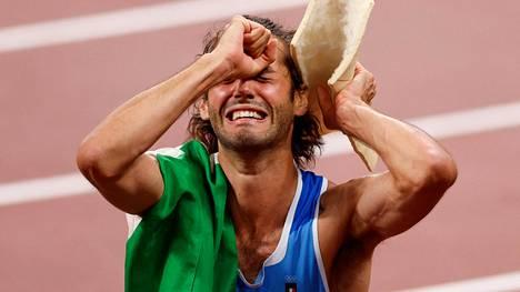 Italian Gianmarco Tamberi oli täysin tunteiden vallassa. Hän jakoi olympiakullan Qatarin Mutaz Essa Barshimin kanssa.