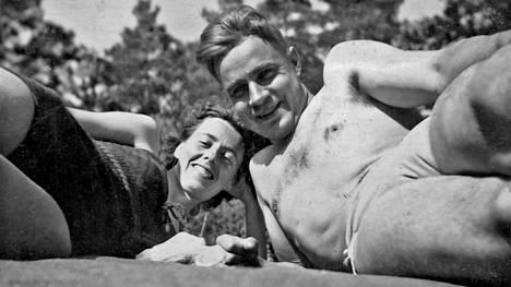 Tellervo ja Mauno vapaalla. Tutustuttuaan Tellervoon Mauno kirjotti walesilaiselle Barbaralle jäähyväiskirjeen.