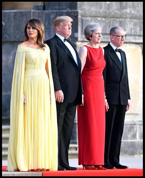 Presidenttipari osallistui torstaina pääministeri Theresa Mayn emännöimälle gaalaillalliselle Blenheimin palatsissa. Presidentti Trump kehui perjantain tiedotustilaisuudessa illallisten olleen uskomaton kokemus sekä hänelle että vaimolleen.