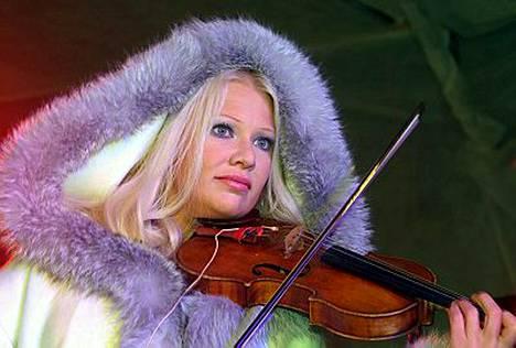 Linda Lampenius esiintyi kuningasparille.