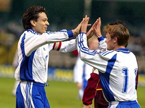 Joonas Kolkka oli takavuosina maajoukkueen runkopelaaja. Tässä hän juhlii Jari Litmasen kanssa voittoa Portugalista vuonna 2002.