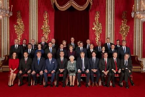 Nato-johtajat ja Britannian kuningatar ja kruununprinssi poseerasivat yhteiskuvassa tiistaina Buckinghamin palatsissa.