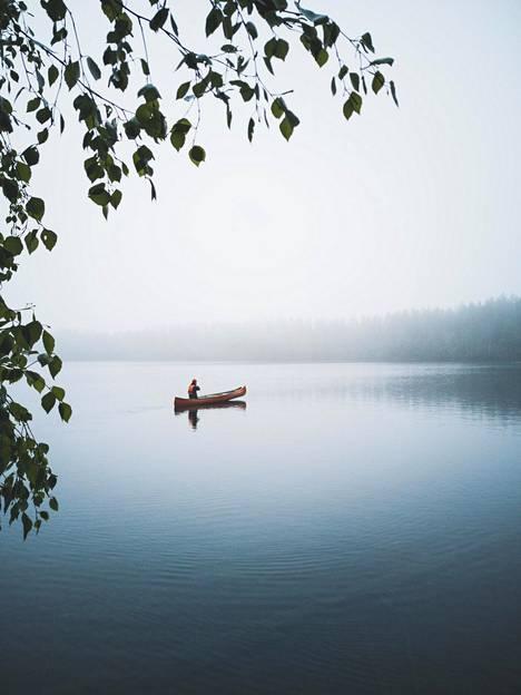 Alueelta löytyy myös useita uimapaikkoja, ja järveen on helppo pulahtaa patikoinnin lomassa.