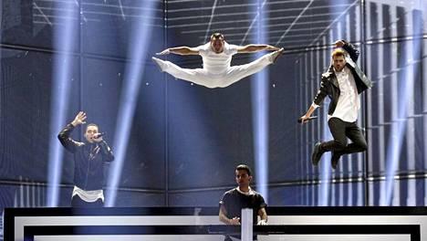 Freaky Fortune feat. RiskyKidd esittävät Kreikan laulun Rise Up.