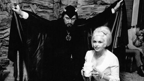 Saatanallisen kirkon johtajalla Anton LaVeylla ja amerikkalaisnäyttelijä Jayne Mansfieldillä oli suhde.