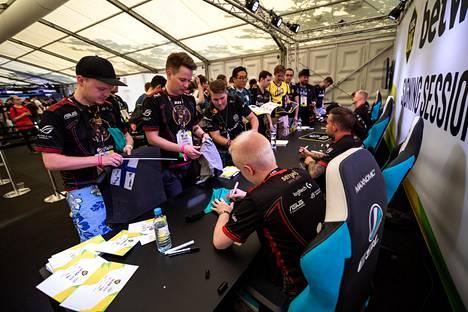 ENCEn Counter-Strike-pelaajien nimikirjoitukset olivat haluttua tavaraa heinäkuun alussa Saksassa pelatussa ESL One Cologne -turnauksessa.