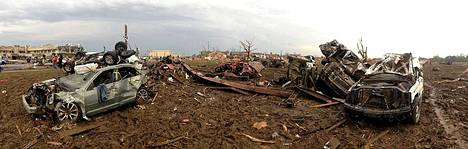 Oklahoma Citya moukaroinut tornado teki selvää jälkeä näistä henkilöautoista. Uhriluvut laskivat tiistain kuluessa. Uutiskanava CNN:n mukaan pyörremyrsky vaati 24 ihmisen hengen. Noin 240 ihmistä loukkaantui.