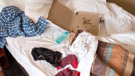 """""""Huoneessa oli myös sänky, jossa mies toivottavasti ei nukkunut. Siinä ei ollut lakanaa, ja se näytti lähinnä sille, että joku oli kuollut siihen."""""""