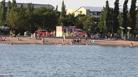 Erityisesti leikki-ikäiset ovat ympäri Suomen olleet herkkiä katoamaan lämpimänä kesäpäivänä. Kuvituskuva Herttoniemen uimarannalta.