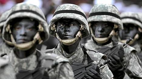 Varusmiehet marssivat sotilasparaatissa Perussa maan kansallispäivän kunniaksi sunnuntaina.
