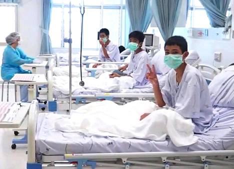 Keskiviikkona julkaistulla videolla sairaalahoidossa edelleen ovat pojat hymyilevät ja vilkuttavat kameralle iloisesti.
