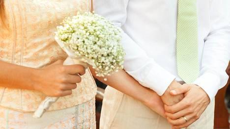 Miehet joutuvat usein perustelemaan valintaansa ottaa vaimon sukunimi.