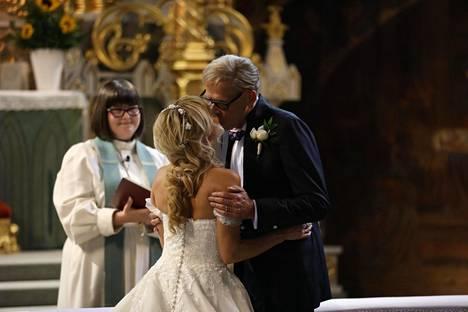 Nadja Eerola ja Toivo Sukari sanoivat toisilleen tahdon Turun tuomiokirkossa.