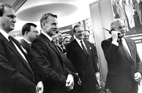 Aikansa tietoliikennenäky vuodelta 1989. Neuvostoliiton johtaja Mihail Gorbatshov soitti Mobiran kännykällä Suomesta Moskovaan. Presidentti Mauno Koivisto ja pääministeri Harri Holkeri tarkkailivat historiallista soittoa.