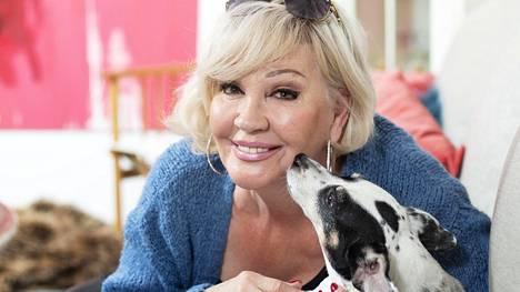 Hannele Lauri asuu Nurmijärvellä koiransa Nancyn kanssa.