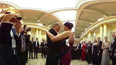 Presidenttipari tanssii 360-videolla. Videon löydät jutun alta.