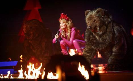 Erika Vikmanin lavashow piti sisällään muun muassa karhuiksi pukeutuneita tanssijoita ja näyttävää pyrotekniikkaa.