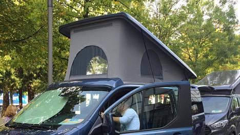 Kelpaako telttakankaalla varustettu nostokattoauto Traficomille? – entäpä kattoteltta?
