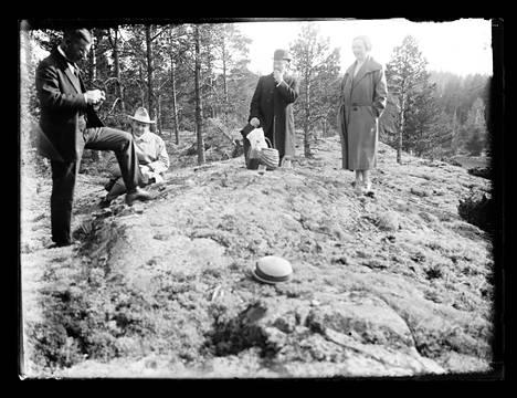 Paul Olsson (toinen vasemmalta) retkellä tohtori Lindénin, tohtori Elmgrenin ja rouva Inger Olssonin kanssa.