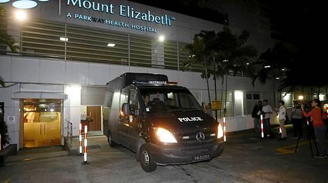 Poliisin ruumisauto kuljetti 23-vuotiaan intialaisnaisen ruumiin pois Mount Elizabeth -sairaalasta Singaporessa.