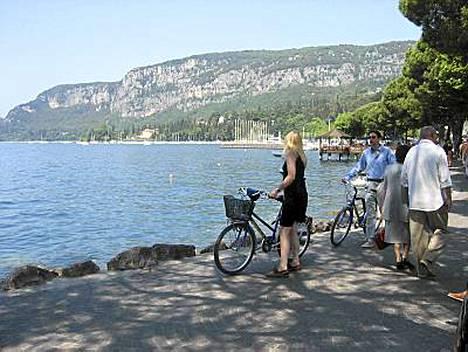 Esimerkiksi Gardalla on ihania maisemia ja suloisia pysähdyspaikkoja.