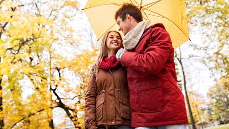 Parisuhteen hoitamiseen ei tarvita välttämättä kynttiläillallisia, vaikka nekin tietenkin tekevät hyvää. Samalla tavoin suhdetta voi hoitaa vaikka sanomalla toiselle, että välittää.