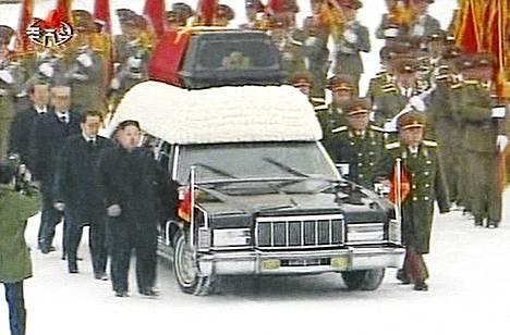 Uusi puoluejohto ja kenraalikunta saattavat Kim Jong-iliä.