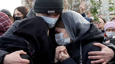 Ihmiset surivat opposition mielenosoittajan Roman Bondarenkon hautajaisissa Minskissä perjantaina.