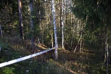 Poliisi on eristänyt aluetta myös metsän puolelta.