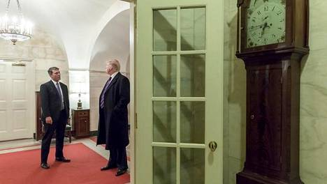 Entinen Valkoisen talon lääkäri, kontra-amiraali, Ronny Jackson ja Yhdysvaltain presidentti Donald Trump maaliskuussa 2018.