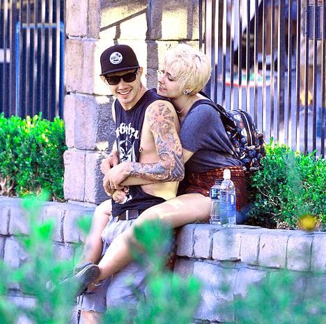 Huhujen mukaan Jacksonin perhe ei ole erityisen innoissaan tämän tatuoidusta poikaystävästä.