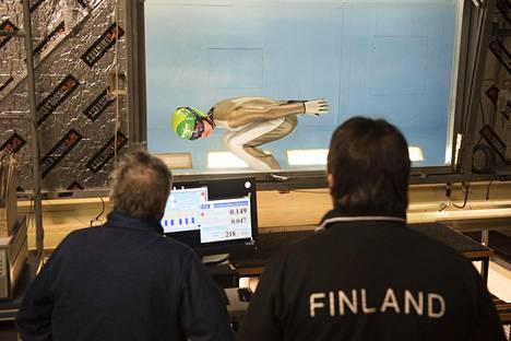 Aerodynaamikko Juha Kivekäs ja mäkivalmentaja Jarkko Saapunki seurasivat Arttu Mäkiahon suoritusta.