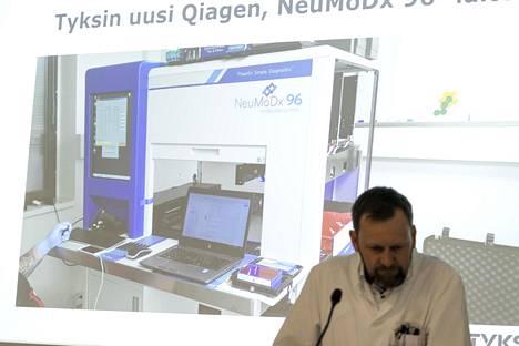 Ylilääkäri Antti Hakanen on tyytyväinen, että uusi laite saatiin viivästysten jälkeen vihdoin Turkuun.