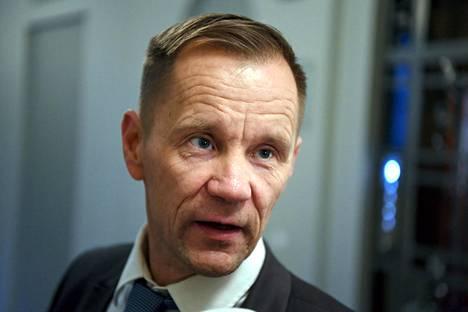 Ulkoasiainvaliokunnan puheenjohtaja, perussuomalaisten Mika Niikko saapuu eduskuntaryhmän kokoukseen Helsingissä 12. joulukuuta 2019.