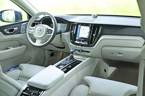 XC60:n kuljettajan paikalla viihtyy erinomaisesti, ja ajoergonomia on luontevaa. Kojelaudan yhdeksäntuumainen keskikosketusnäyttö tosin voisi käytettävyyden kannalta sijaita hieman ylempänäkin.