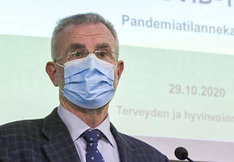 Hallitusneuvos Ismo Tuominen ravintolatoiminnan rajoituksia koskevassa tiedotustilaisuudessa 29. lokakuuta.