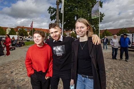 Nuoret Olivia Kamradt, 17, Michael Kamradt, 22 ja Pauline Hübner, 19 Tempilinin keskustorilla.
