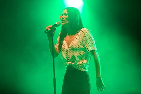 Lucíalla oli yllään vaalea paita ja polvipituinen hame, jossa oli nahkaiset hapsut.
