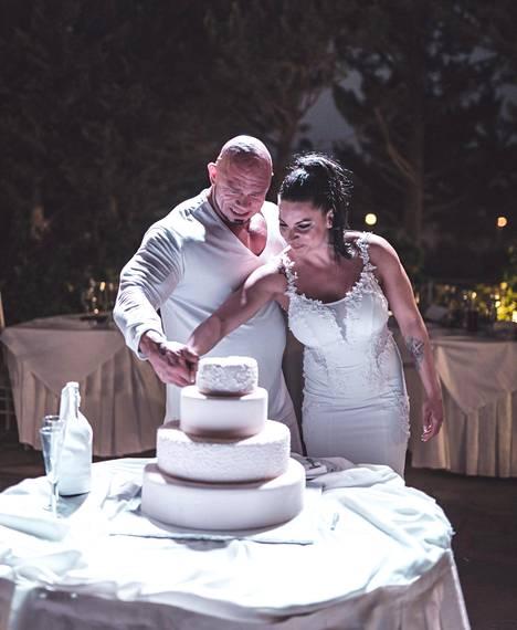 Häissä nähtiin perinteisiä ohjelmanumeroita, kuten kakun leikkaus.