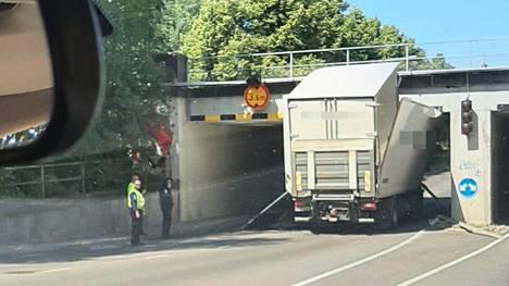 Kuorma-auto yritti päästä sillan alta Turussa, mutta jäi jumiin Koulukadulla.