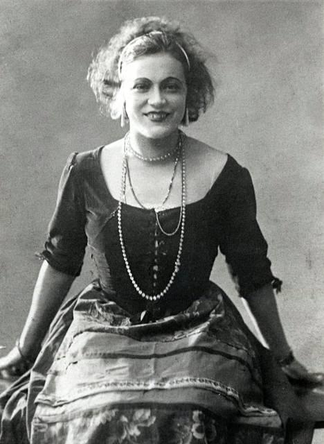 Emmi uransa alussa vuonna 1926 näytellessään Viipurissa.