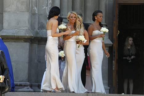 Nannan morsiusneidot edustivat niin ikään valkoisissa puvuissa.