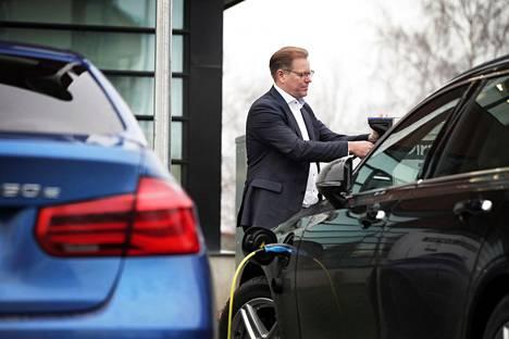 Jukka Toivonen ajaa töihin hybridi-Volvolla.