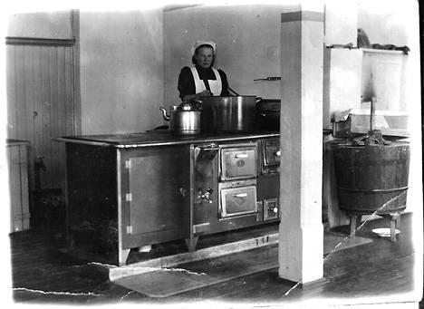 Lempi Kautiainen aloitti Otavan koulutilan keittäjättärenä marraskuussa 1938.