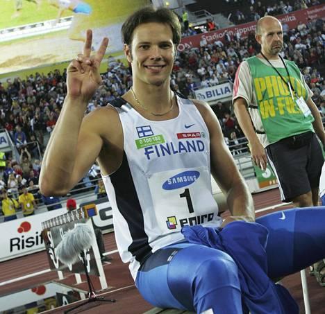 Tero Pitkämäki voittaessaan keihäänheiton maaottelun.