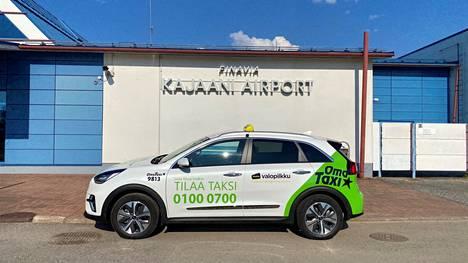 Täyssähköautotaksit ovat herättäneet Kainuussa runsaasti kysymyksiä. Kia e-Niron luvattu toimintamatka sähköllä on jopa 454 kilometriä.