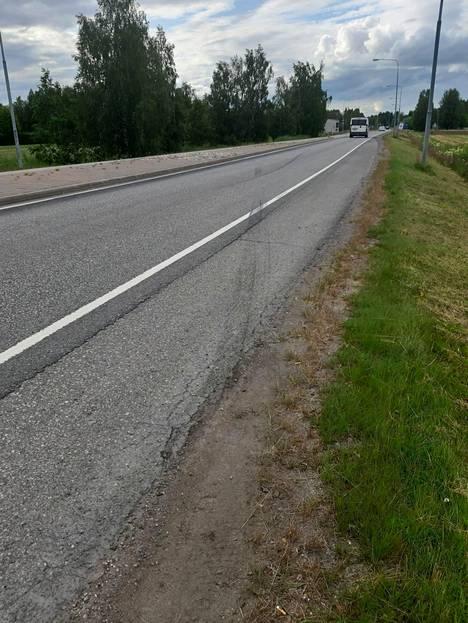 Onnettomuuspaikalla pystyi tiistai-iltapäivänä yhä erottamaan renkaanjäljet.